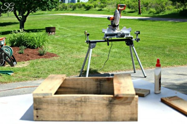 Building DIY Pallet Iced Tea Station