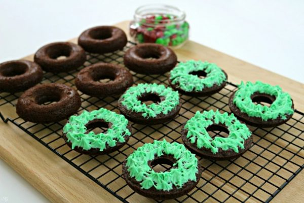 Decorating Holiday Brownie Wreaths with Frosting