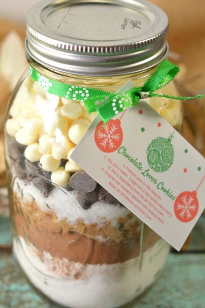 Cookies in a jar! Make these chocolate cookies in a jar for gifts, and include the printable baking instructions for Christmas!