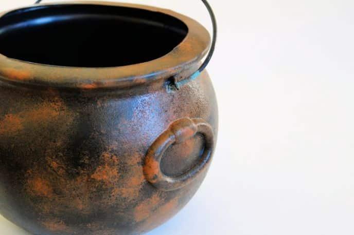 Making a rusty Halloween witch cauldron from a plastic black cauldron.